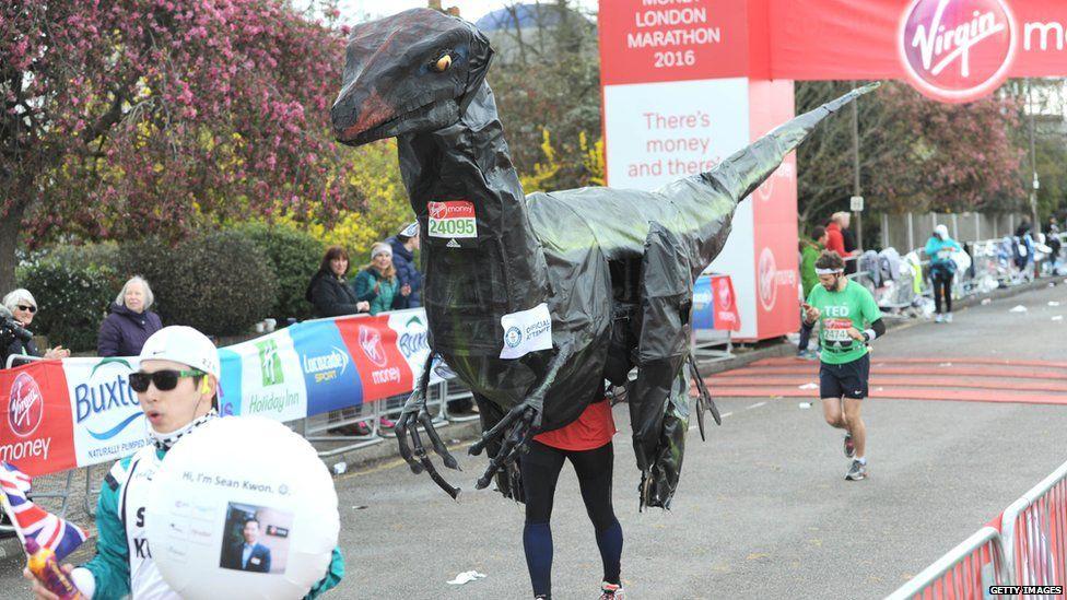 ''khủng long'' chạy marathon
