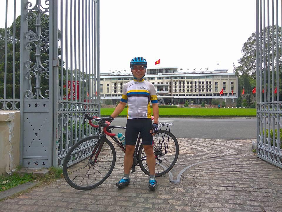 Anh Nguyễn Tiến Hùng tại Dinh Độc Lập sau khi đạp xe solo 6 ngày cuối