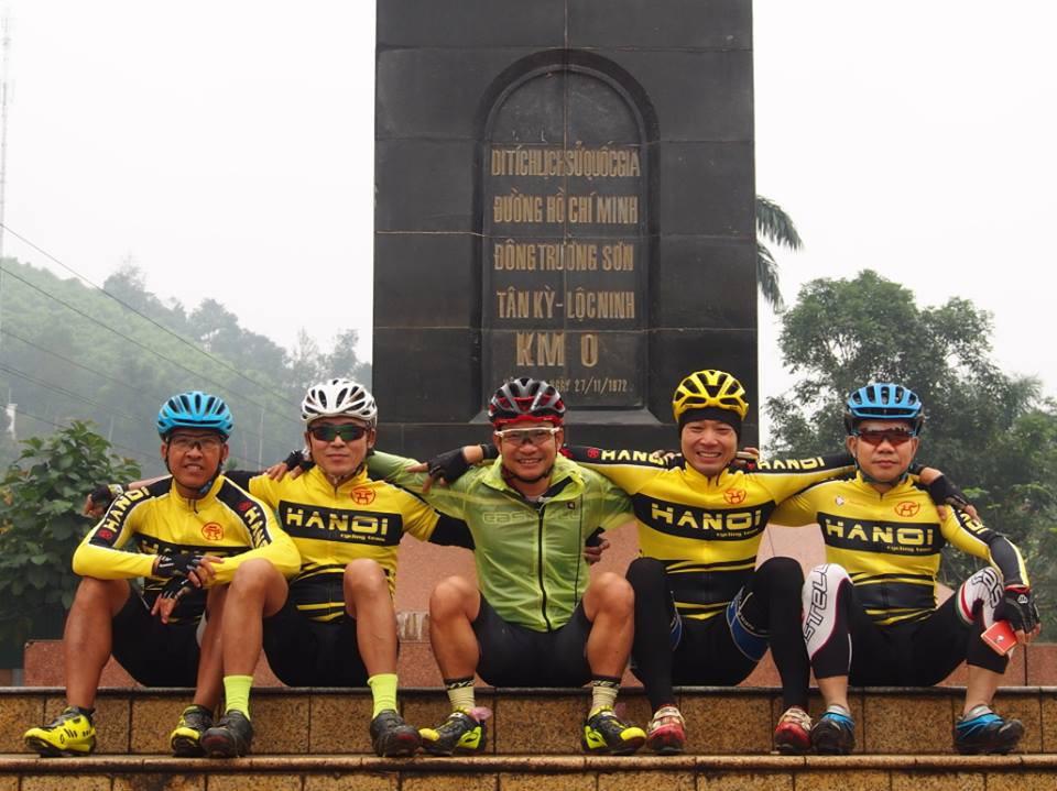 Các thành viên nhóm đạp xe xuyên Việt ''thần tốc'': Nguyễn Văn Sơn (1970), Hải Phùng (1963), Ngọc Sơn (1974), Phan Anh Tuấn (1972) và Nguyễn Tiến Hùng (1968)