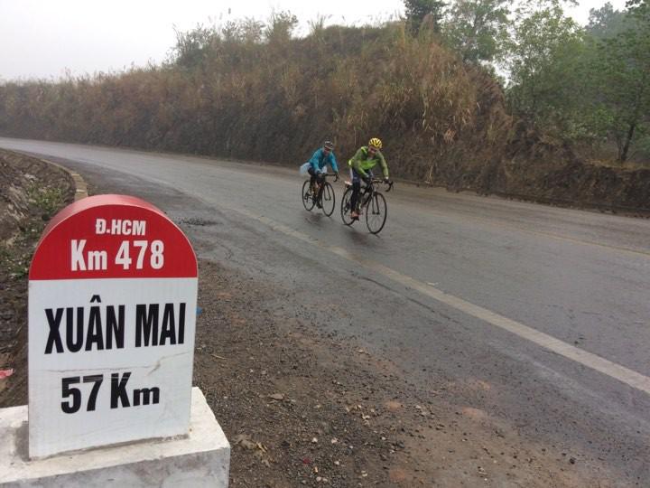 Nhóm đạp xe xuyên Việt khởi hành trong ngày mưa phùn rét mướt của Bắc Bộ