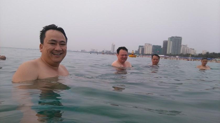 Các lãnh đạo Sở Tài nguyên và Môi trường Đà Nẵng tắm biển để chứng minh biển Đà Nẵng an toàn