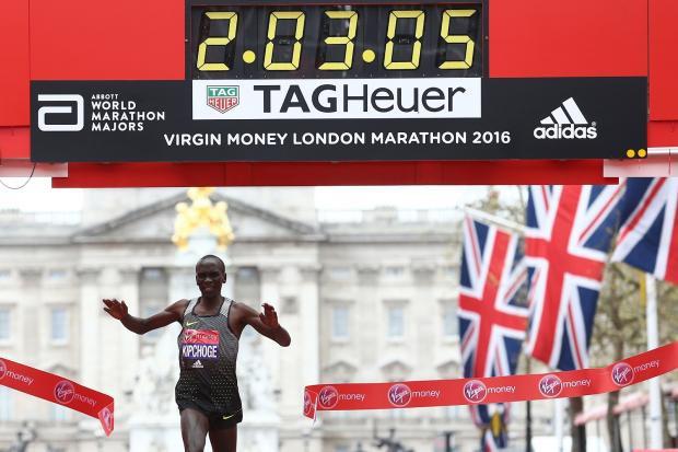 Kipchoge (Kenya) phá kỉ lục giải với thành tích 2 giờ 3 phút 5 giây