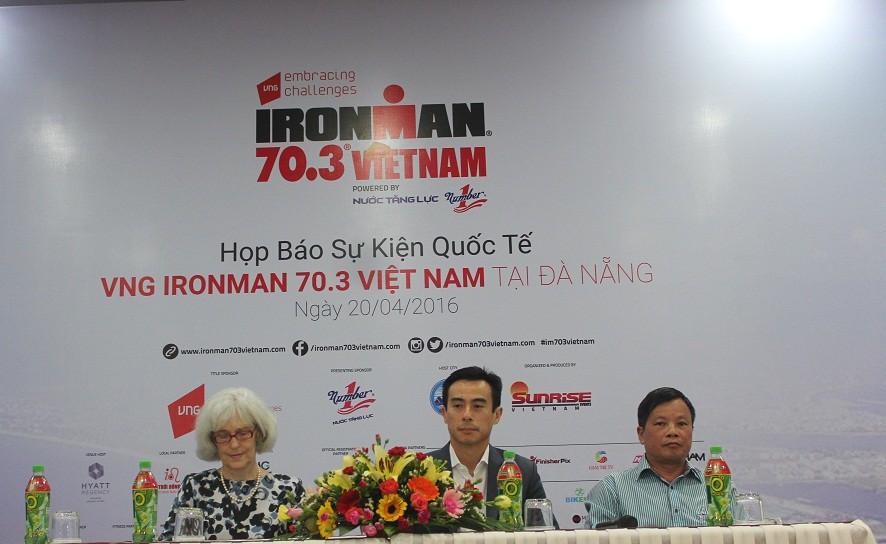 Ông Trịnh Bằng (giữa) đại diện BTC VNG IRONMAN 70.3 Vietnam (Ảnh: Tri Long)
