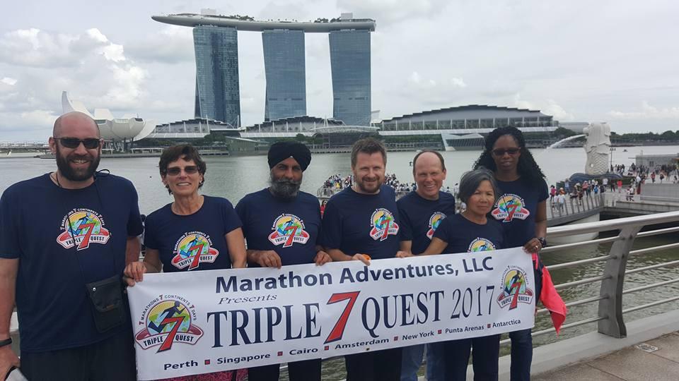 Bà Châu cùng 7 VĐV cùng tham gia chinh phục thử thách '777' tại chặng marathon châu Á (Singapore). Ảnh: Nhân vật cung cấp