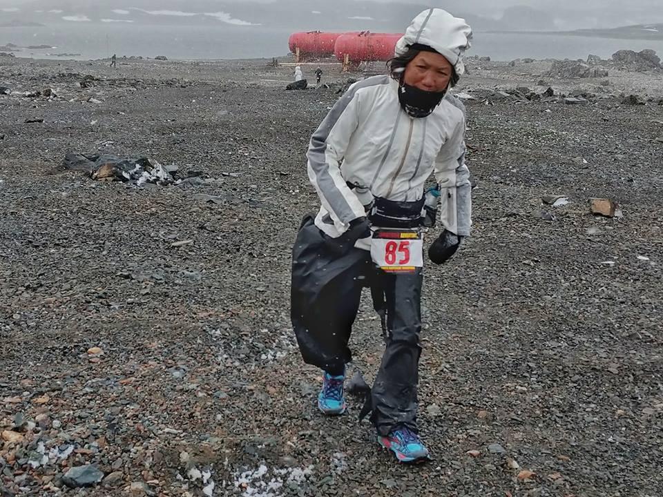 Bà Châu Smith chạy trong điều kiện gió mạnh
