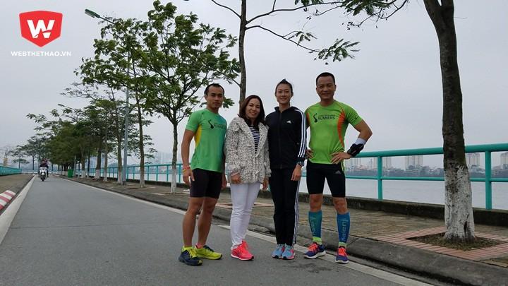 Lê Tú Chinh chụp ảnh kỷ niệm cùng các runner chạy hồ Tây sáng Chủ nhật