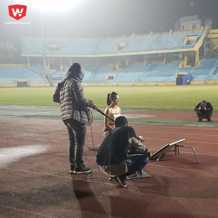 Lê Tú Chinh ghi hình ở SVĐ Hàng Đẫy, Hà Nội
