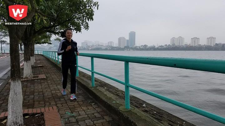 Đây là lần đầu tiên Tú Chinh chạy bộ ở Hồ Tây. Cô gái vàng của điền kinh TPHCM mới chỉ chạy vòng hồ Đà Lạt với chu vi hơn 5km chứ chưa bao giờ chạy quanh hồ lớn như vậy