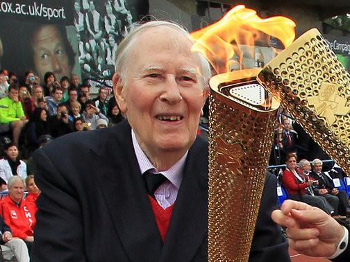 Huyền thoại Roger Bannister trong lễ rước đuốc Olympic. Ông bị Parkinson từ năm 2011