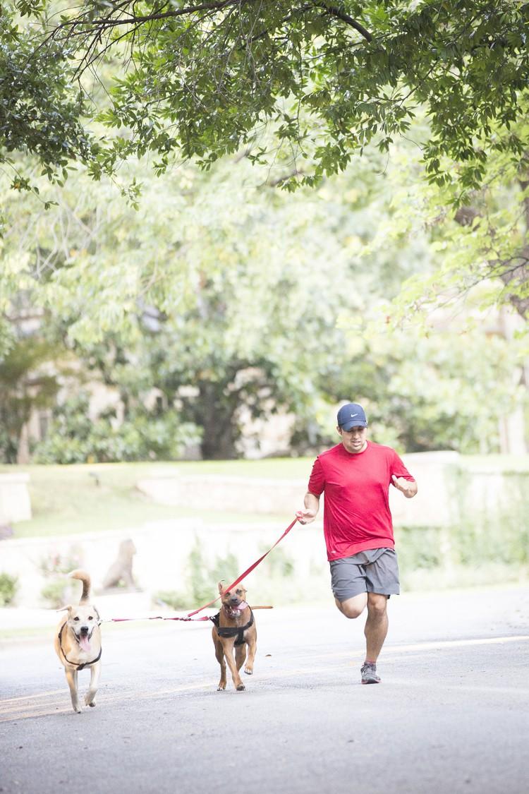 Công ty dịch vụ chạy thuê với chó của Barrera gồm toàn các runner đã hoàn thành marathon hoặc ba môn phối hợp