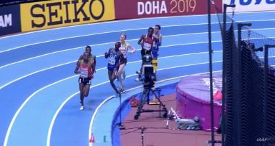 Paul Chelimo không giữ được thăng bằng, lấn vào làn trong khi chỉ còn khoảng hơn 200m cuối