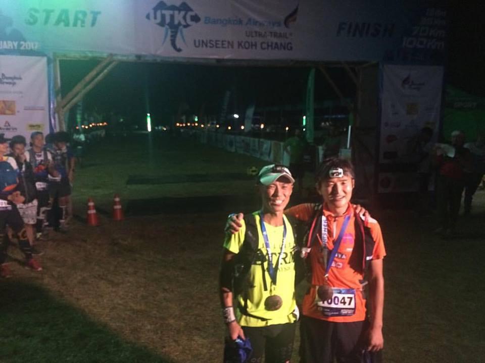 Iino Wataru và Soonseng Ong (trái) dắt tay nhau về đích sau 15 giờ 08 phút