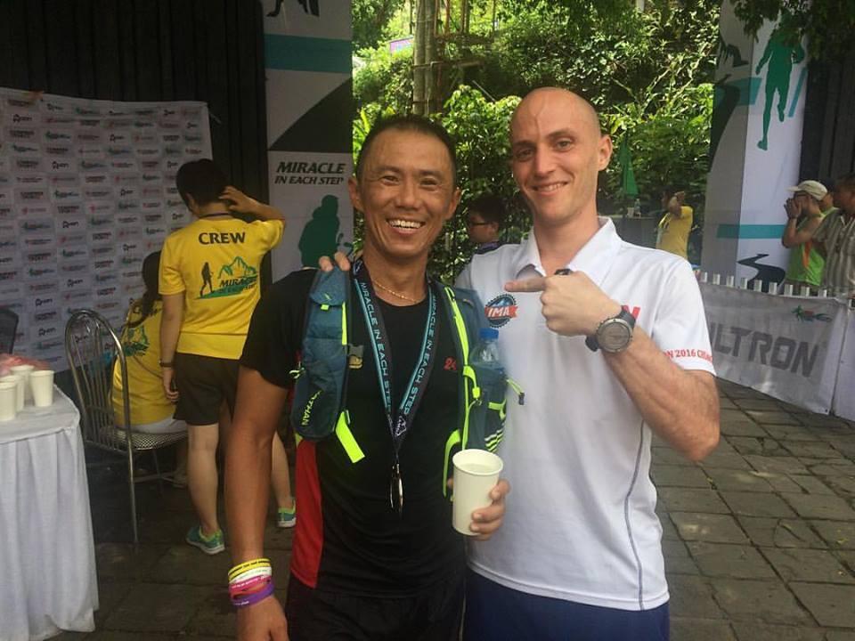Steven Ong chứng tỏ nền tảng thể lực sung mãn khi vượt qua Cao Ngọc Hà ở con dốc Tam Đảo dài hơn 10km. Anh chạy bằng đồ đi mượn do thất lạc hành lý