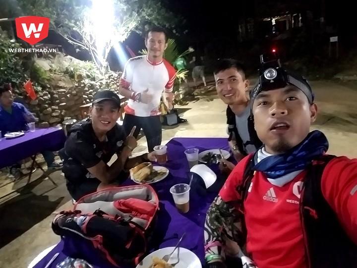 Bữa ''ăn sáng'' vội của PV Webthethao cùng VĐV Trần Duy Quang (áo đen) và các VĐV Việt Nam