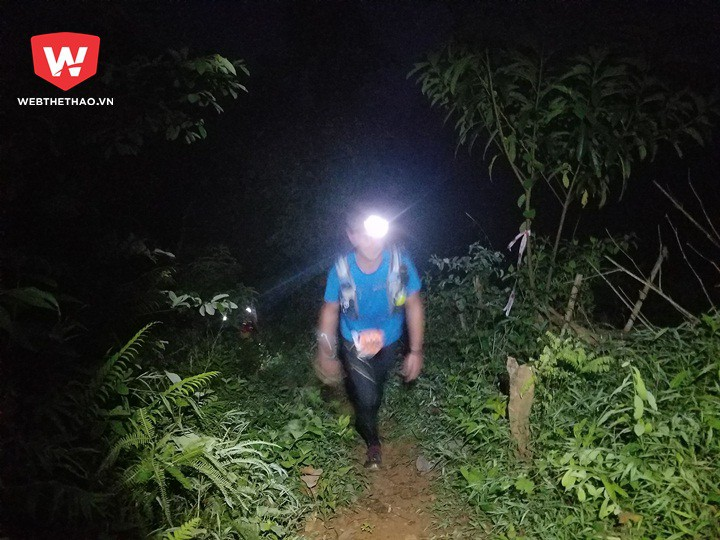 Sau khi chạy được khoảng 4km, các VĐV bắt đầu chinh phục ngọn núi được mệnh danh là ''quái vật'' có đỉnh 860m trong đêm tối