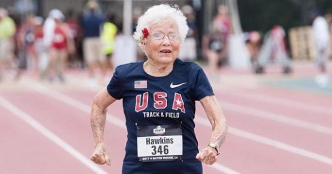 cụ bà 101 tuổi Hawkins vừa lập kỷ lục chạy 100m với thời gian 40,12 giây tại giải điền kinh USA Track and Field Outdoors Masters Championships dành cho người cao tuổi