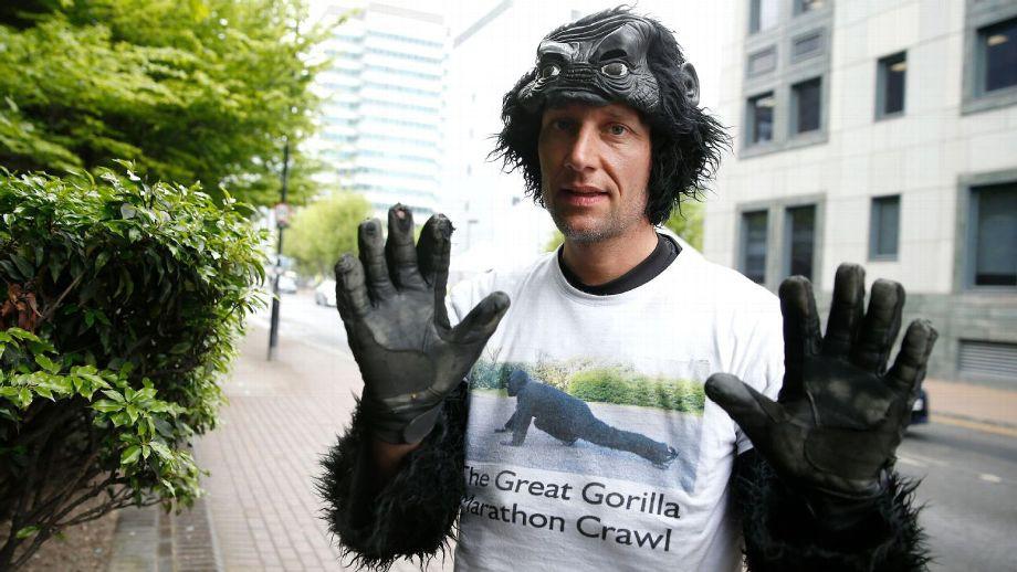 Tom Harrison chạy marathon trong trang phục gorilla và chạy bằng...tứ chi để quyên góp cho quỹ bảo tồn Gorilla tại giải London Marathon. Anh về đích sau...6 ngày, trung bình mỗi ngày viên cảnh sát này bò được khoảng 7km