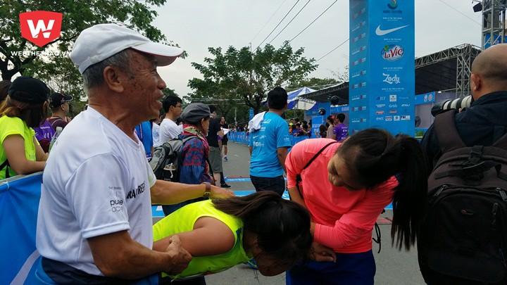 HLV Bùi Lương dìu học trò kiệt sức sau khi cán đích