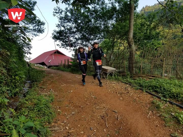 Lê Phương Vy (trái) chạy cùng với bạn trai của cô, Nguyễn Thanh Lâm. Cô về đích ở vị trí thứ 3