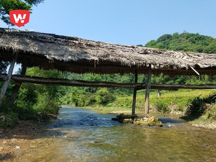 Một góc ''lãng mạn'' khác của giải marathon xuyên rừng Pù Luông. Theo người dân ở đây, mái che chiếc cầu này được lợp thay hàng năm