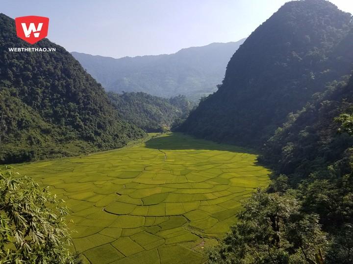 Sau khi vượt qua một ngọn núi cao cuối cùng, cách đích hơn 10km, các VĐV được tưởng thưởng xứng đáng bằng khung cảnh rất quyến rũ của thung lũng Kho Mường