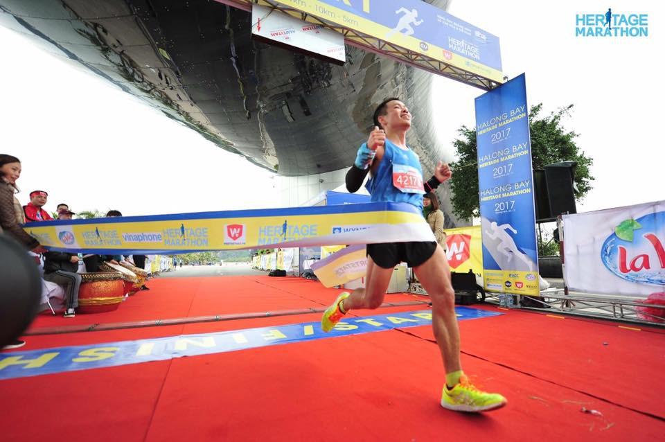 Tiến Hùng về đích giải Halong Bay Heritage Marathon 2017. Ảnh: NVCC