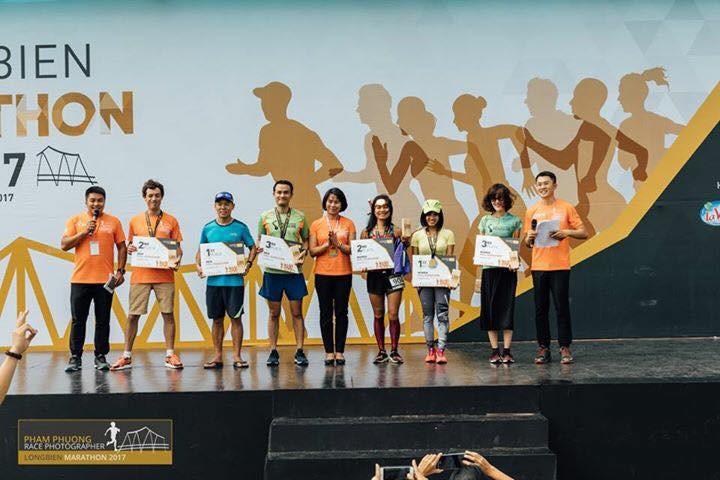 Tiến Hùng (thứ 3 từ trái sang) vô địch 42km Longbien Marathon 2017. Ảnh: NVCC