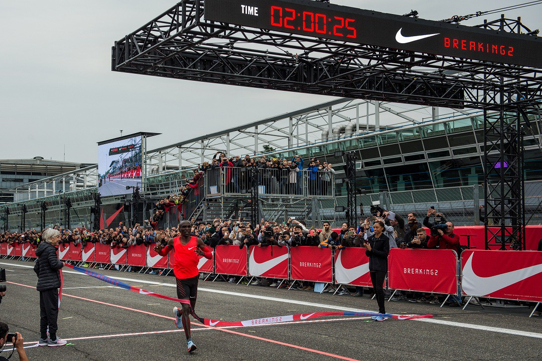 Kipchoge hoàn thành marathon sau 2 giờ 25 giây trong dự án ''Breaking 2'' đầy tham vọng của Nike nhằm phá vỡ mốc 2 giờ trong chạy marathon. Dù chưa thể phá kỷ lục thì thành tích của Kipchoge khiến con người có thể hi vọng phá vỡ mốc  2 giờ một ngày không xa