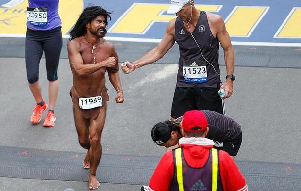 Glen Raines, 50 tuổi , chạy trong trang phục của người thượng cổ tại giải Boston Marathon 2017