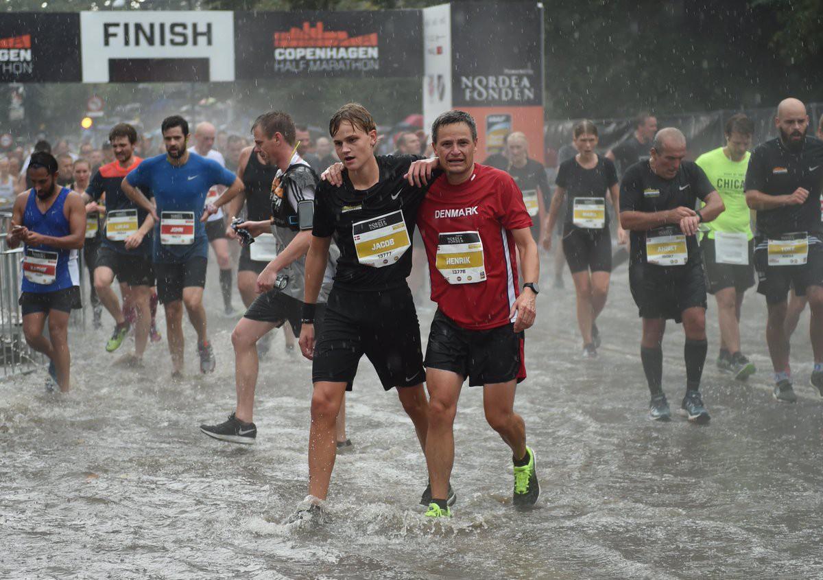 Cơn mưa tầm tã không thể ngăn cản các runner tại giải Copenhagen Half Marathon