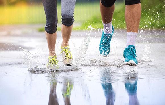 Chọn đôi giày có lớp chống thấm nước, lưới thưa để thoát nước và có gai đế bám đường tốt khi chạy trời mưa