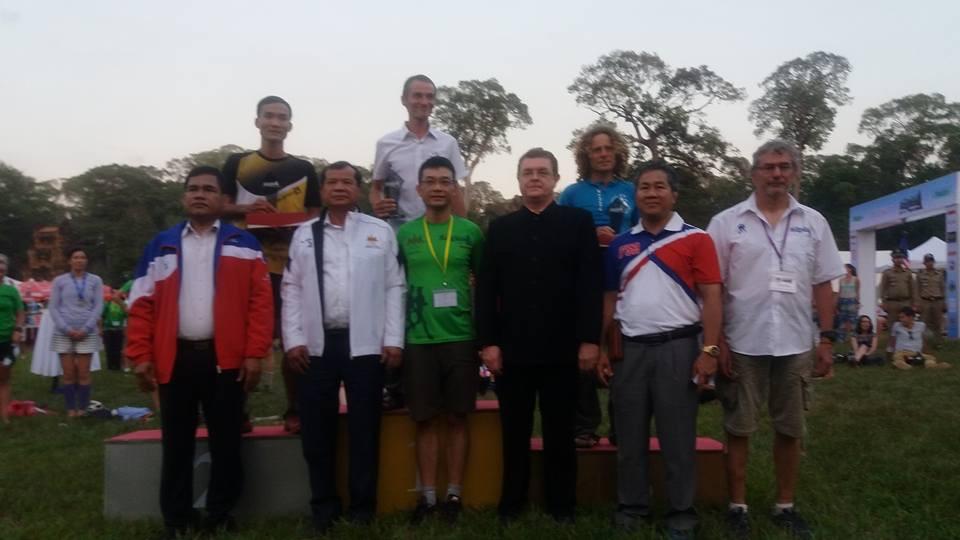 Bộ trưởng Bộ thể thao Campuchia trao cúp cho các VĐV Top 3