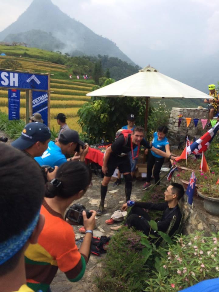 Đại sứ Anh Giles Lever (hạng 4 cự ly 70km) hỏi thăm nhà Á quân 100km Cao Ngọc Hà. Ảnh: Phạm Hà Lâm
