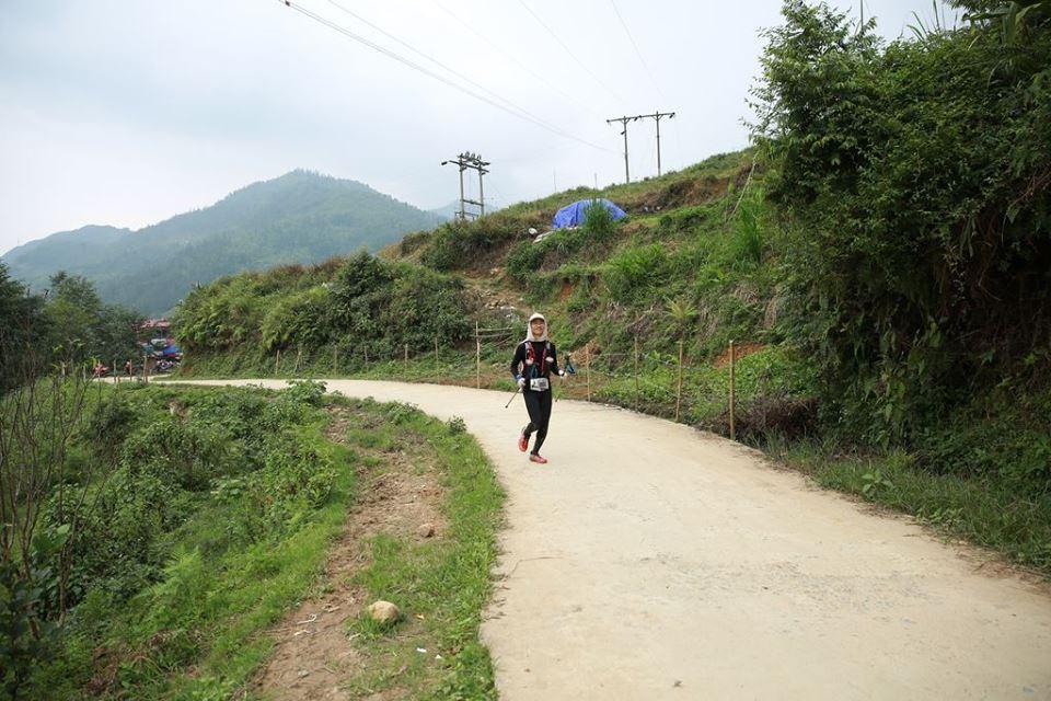 VĐV Cao Ngọc Hà chạy trên đường đua cự ly 100km