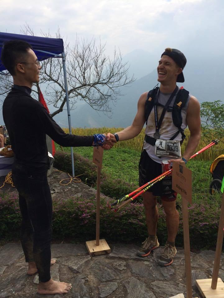 Cao Ngọc Hà và Marcel, VĐV giành hạng 3 cự ly 100km. Ảnh: Phạm Hà Lâm