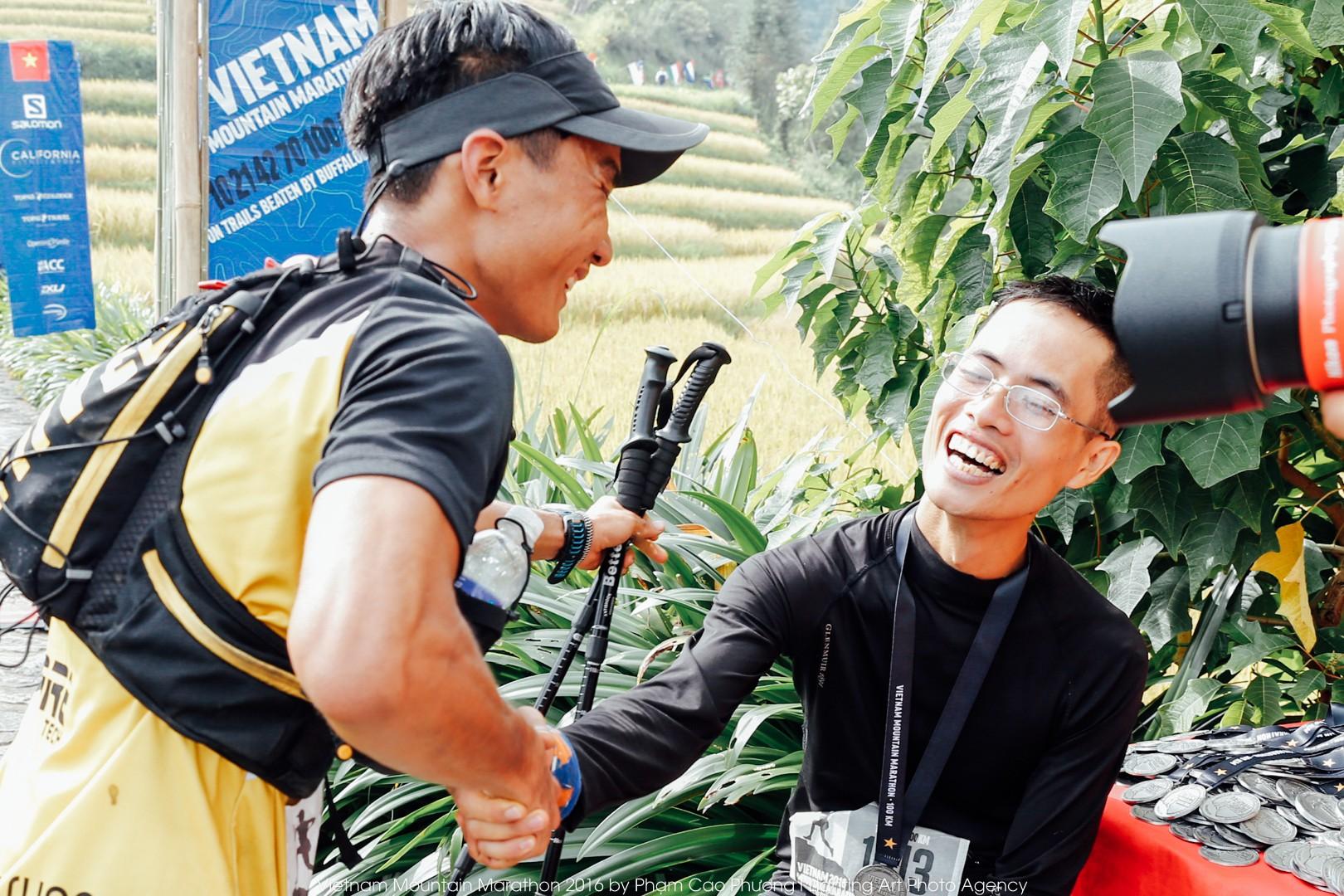 Cao Ngọc Hà (hạng Nhì) và Trần Duy Quang (hạng 4) bắt tay nhau tại vạch đích