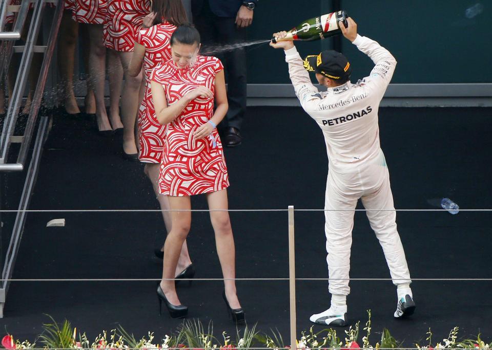 Hamilton phun champaign vào dàn người mẫu