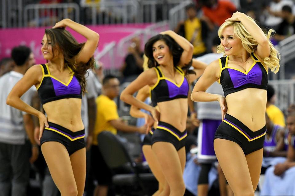 Giải bóng rổ nhà nghề Mỹ NBA không thể thiếu các cô gái cheerleader nóng bỏng quyến rũ