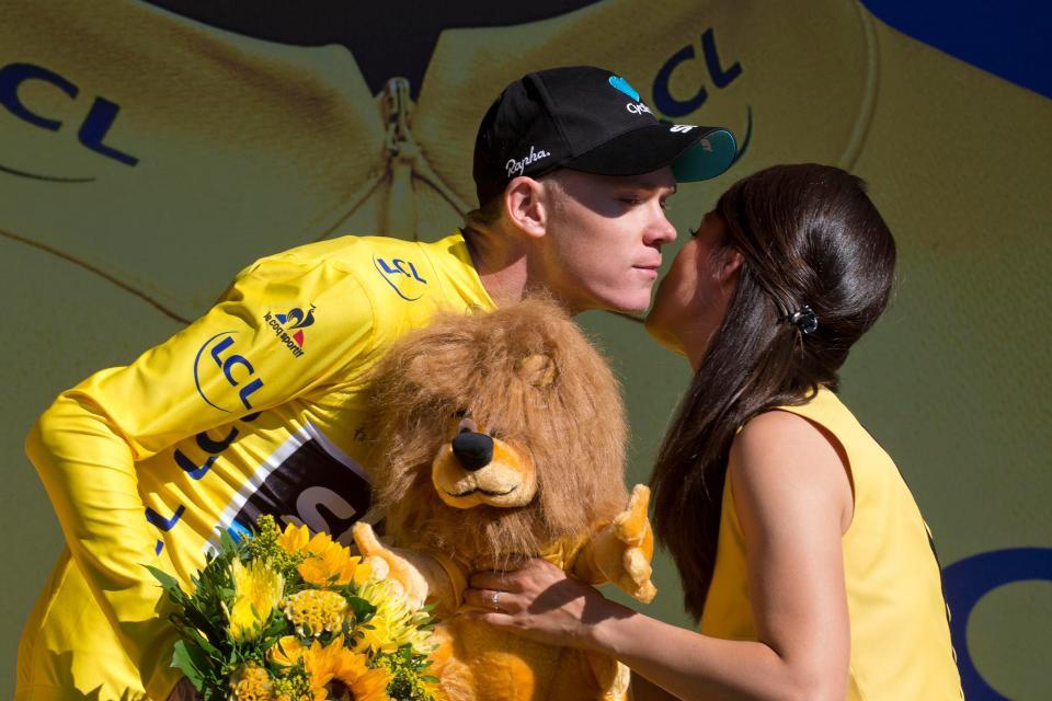 Chris Froome nhận nụ hôn vào má từ người mẫu. Hình ảnh quen thuộc ở podium Tour de France hàng năm