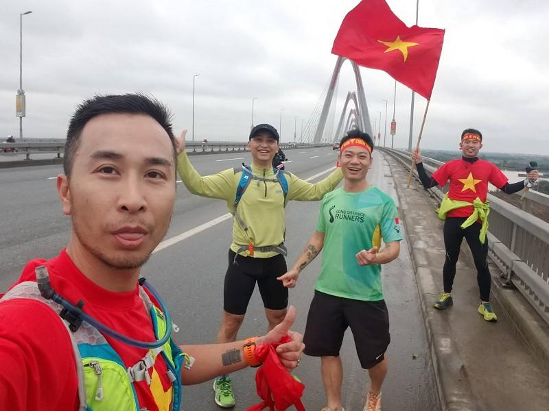 Những Running man đang có mặt tại cầu Nhật Tân đón U23 Việt Nam. Hình ảnh: TP