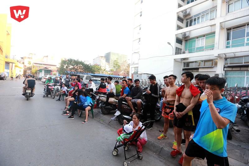 ...hay những VĐV của đội tuyển Tán thủ Hà Nội cũng bỏ cả tập để cỗ vũ cho những chàng trai áo đỏ.