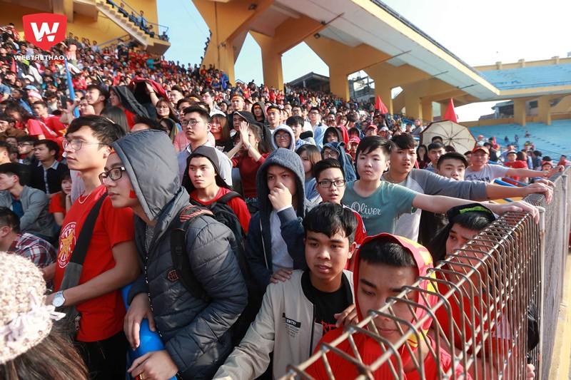 Đặc biệt đã có khoảng 5 ngàn CĐV bất chấp nắng nóng đổ về SVĐ Hàng Đẫy để xem qua màn hình lớn do hội CĐV bóng đá Việt Nam (VFS) tổ chức.