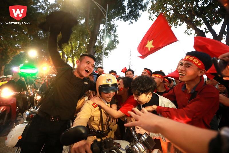 ...khi cả các anh cảnh sát giao thông cũng vô tư ''xõa'' hết mình với những NHM bóng đá đất Việt.