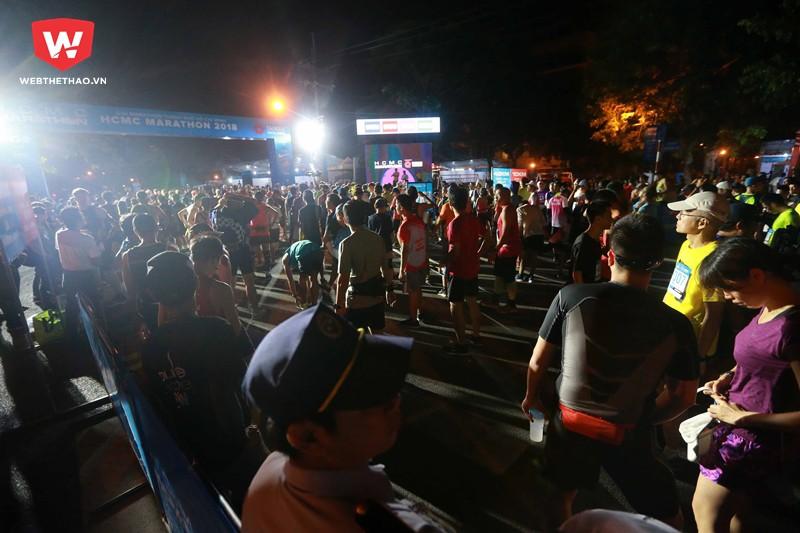 Xuất phát đầu tiên là nội dung ''nữ hoàng'' 42km vào lúc 4h45 nhưng ngay từ 3h30 đã có hàng ngàn runner từ khắp mọi hướng ''tụ nghĩa'' về con phố Nguyễn Khắc Viện.