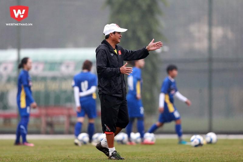Trong khi các chân sút U23 VN đang hàng ngày tập luyện dưới cái lạnh dưới 10 độ tại Trung Quốc thì ở quê nhà HLV Mai Đức Chung...