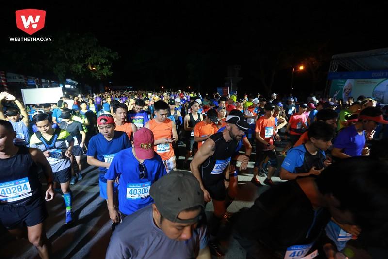 Đến 4h45 hơn 700 runner tranh tài tại nội dung 42km đã chính thức xuất phát.