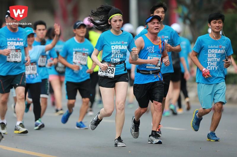 Tuy chạy giữa hàng ngàn runner tại dung 5km...