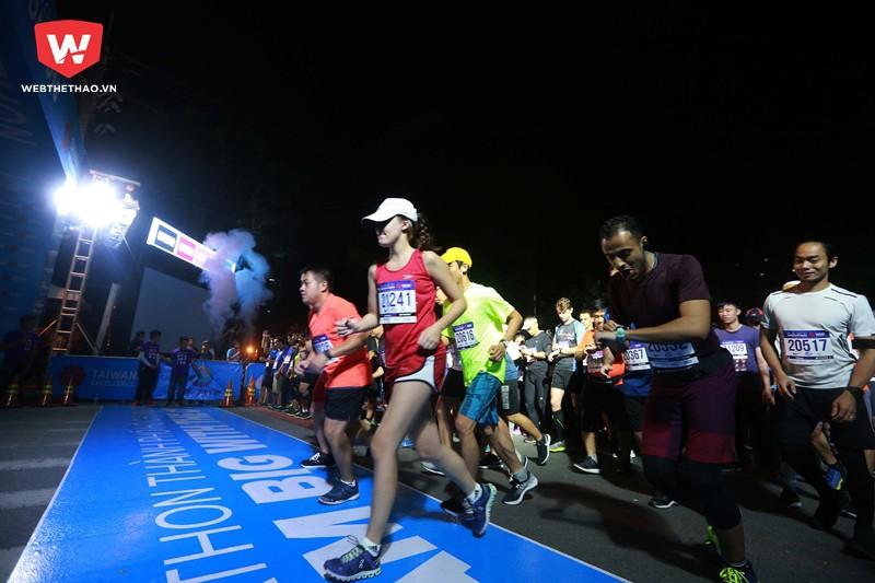 Và sau đó 15 phút đến lượt gần 2000 runner tiếp theo cũng chính thức bước vào ''công cuộc hành xác'' bản thân với quãng đường 21km.