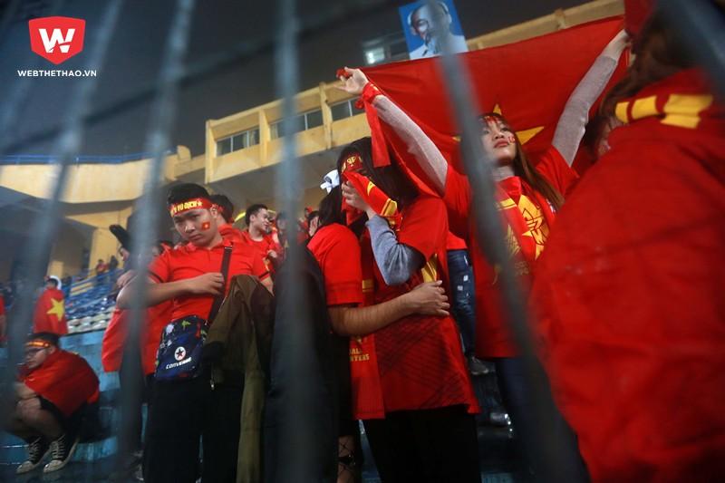 ...gần như tất cả các CĐV Việt Nam đều không thể kìm được những giọt nước mắt đau xót của mình...