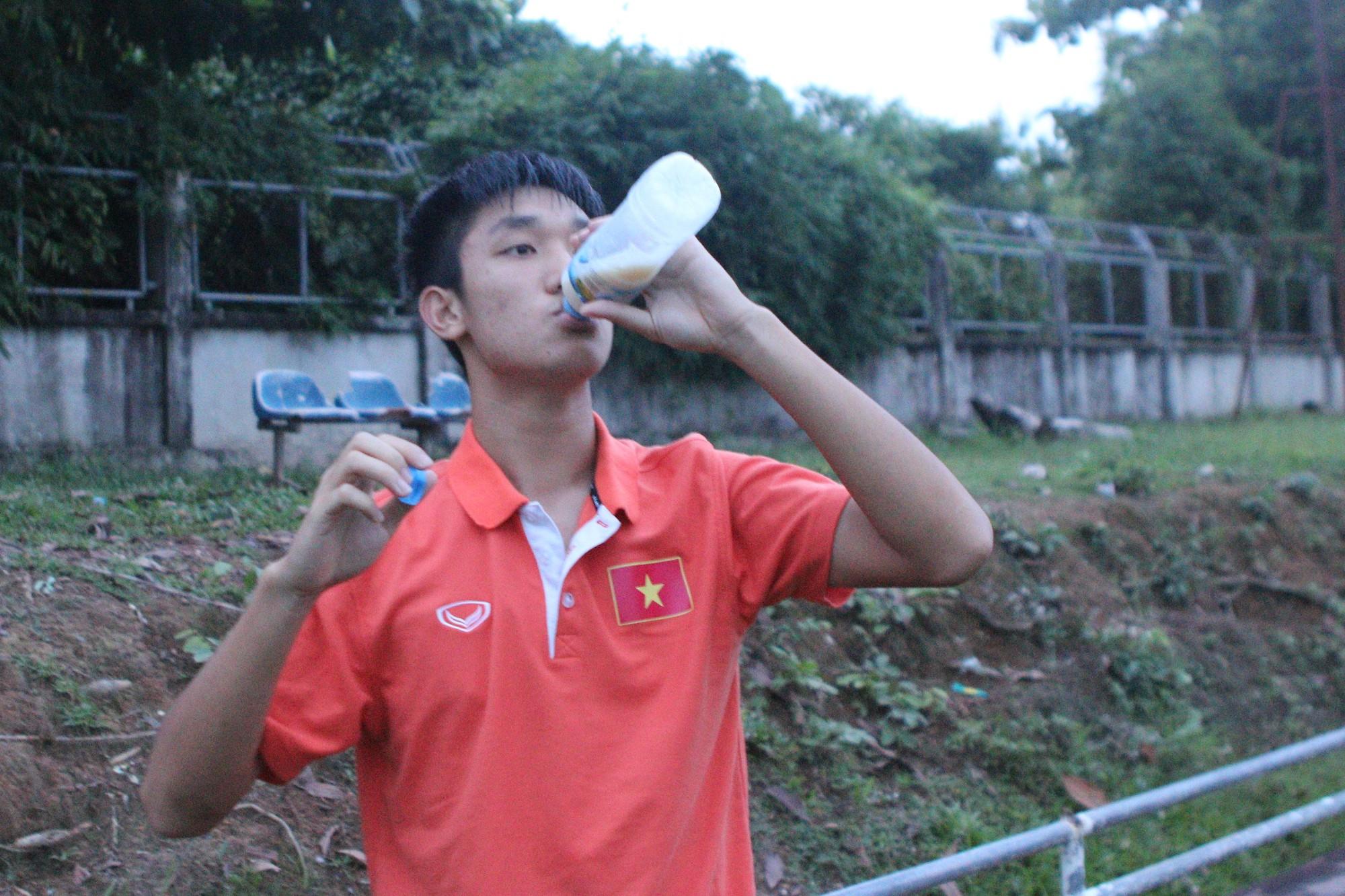 Đội trưởng U19 Việt Nam sử dụng nước bổ sung protein sau buổi tập tại Lào